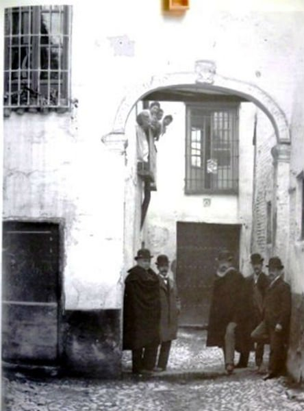 Manuel Gómez Moreno (a la izquierda) junto a la Casa de Diego de Siloe.