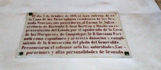 Placa conmemorativa de la entrega de la casa.