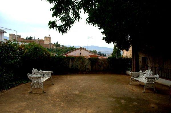 Nivel inferior del Jardín con bellos bancos y la Alhambra