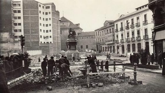 Remodelación de la Plaza Isabel la Católica con el monumento ya instalado.