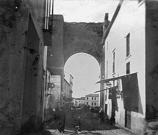 Puerta de Elvira desde la calle homónima en 1905