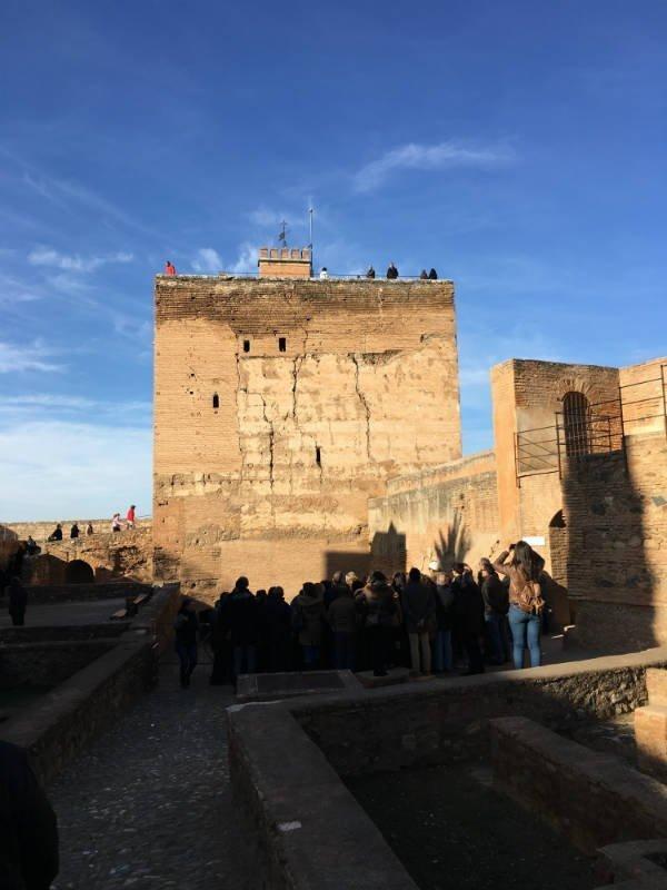 Parte trasera de la Torre de la Vela desde el interior de la Alcazaba.