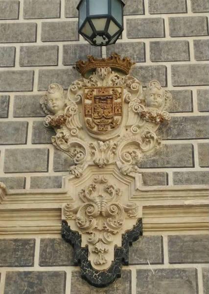 Escudo en entrepaño de la fachada.