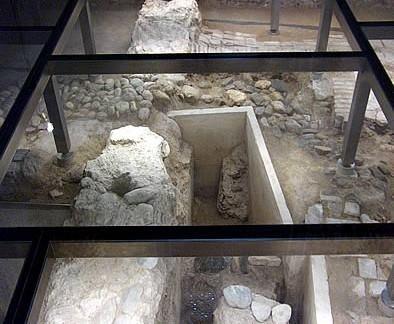 Restos arqueológicos bajo el suelo de cristal del oratorio.