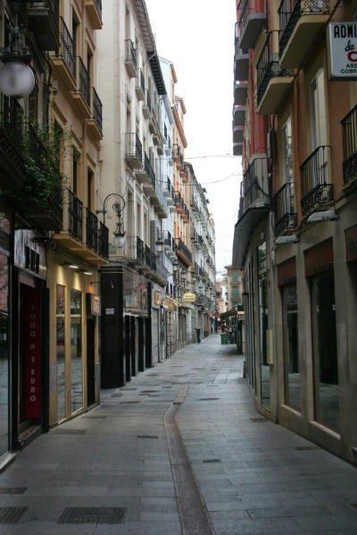 Calle Salamanca con calle Arco de las Orejas. Al fondo la Plaza de Bib-Rambla.
