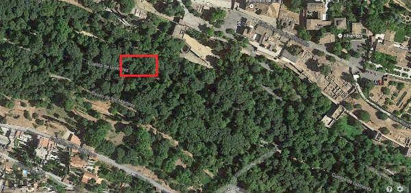 Ubicación de la Puerta en los bosques de la Alhambra junto al monumento nazarí.