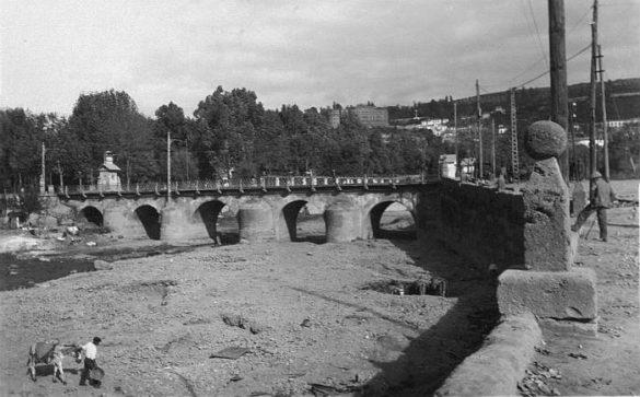 Arrieros cogiendo arena y cantos de piedra junto al Puente Romano. 1936. Granada
