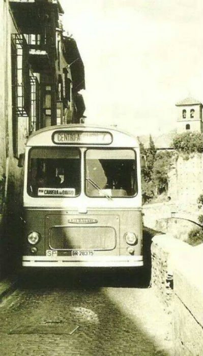 Autobus del Albaizyn por la Carrera del Darro.