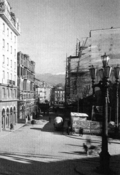 Calle Angel Ganivet, esquina con Correos y Plaza Mariana al fondo.