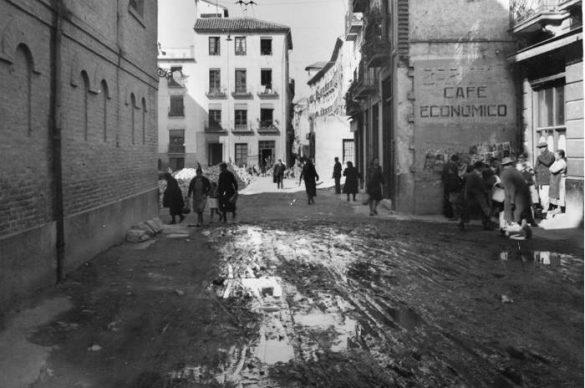 Calle Molinos con la Plza. de Fortuny; a la derecha Bar El Sota, Izquierda espaldas del colegio de Sto. Domingo. 1941