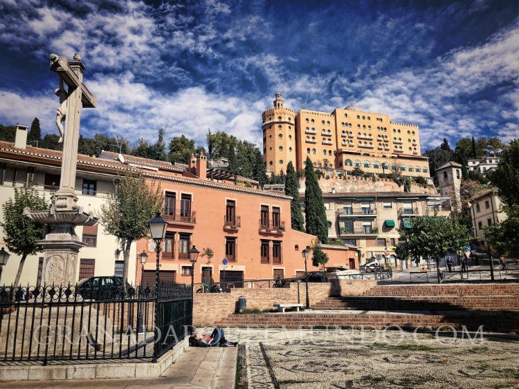 Campo del Príncipe con el Cristo de los Favores y el Hotel Palace