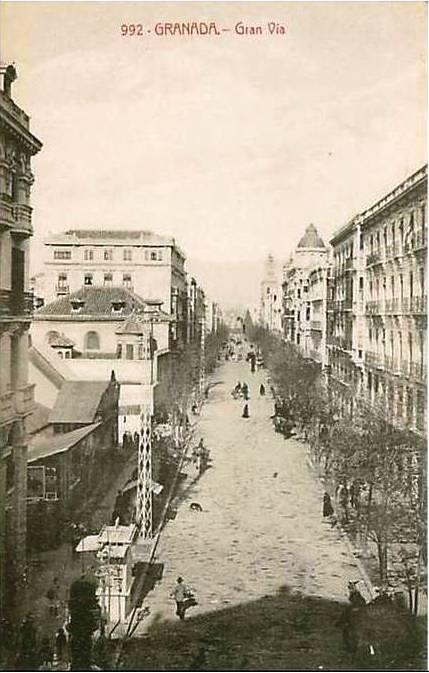 La Gran Vía sin tranvía y con una barraca de cinematógrafo en el edificio del Banco Hispano Americano. Anterior a 1919.
