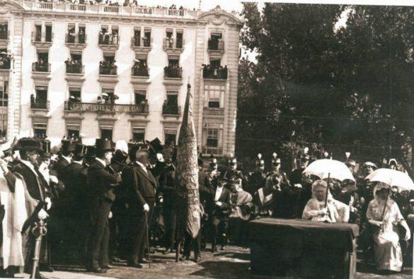 La Infanta Doña Isabel de Borbon en Puerta Real esperando a la Virgen de las Angustias para su coronación. 20 de Septiembre de 1913