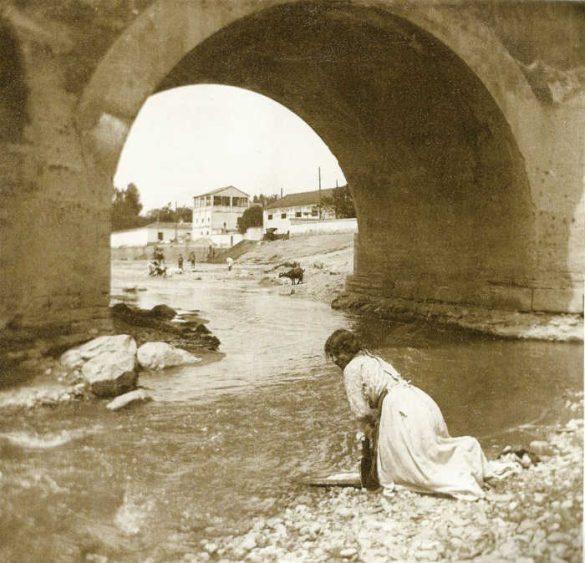 Lavando ropa bajo Puente Romano. Granada