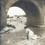Mujer lavando bajo el puente romano ziri