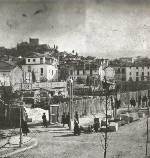 Parte final de la Gran Vía, próxima a la Calderería, tomando también como referencia las torres del Mauror