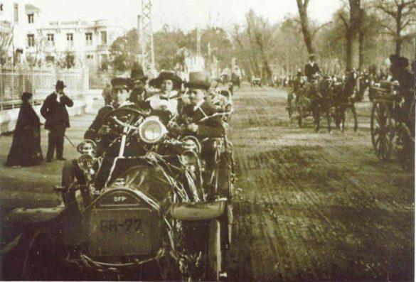 Paseo de la Bomba GR - 77 Coche marca Doriot propiedad de D. José Calera Ubis, según el Registro de Automóviles de la Provincia de Granada de 1926