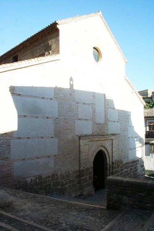 Calle San Juan de los Reyes Granada. Lateral de la iglesia