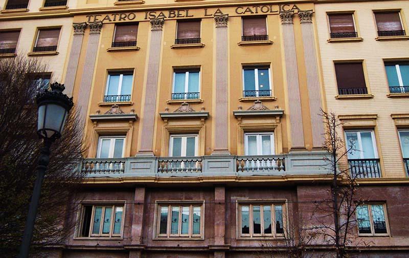 Fachada del Teatro Isabel la Católica en la Acera del Casino