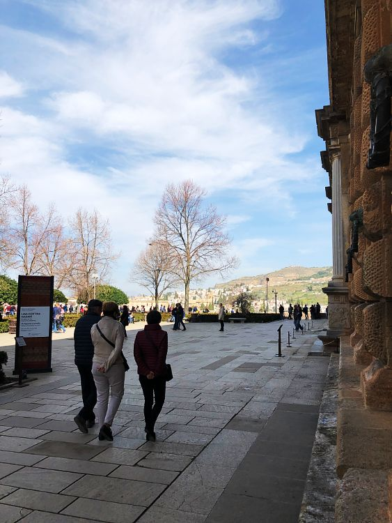 Entrada al Palacio de Carlos V. Plaza de los Aljibes.