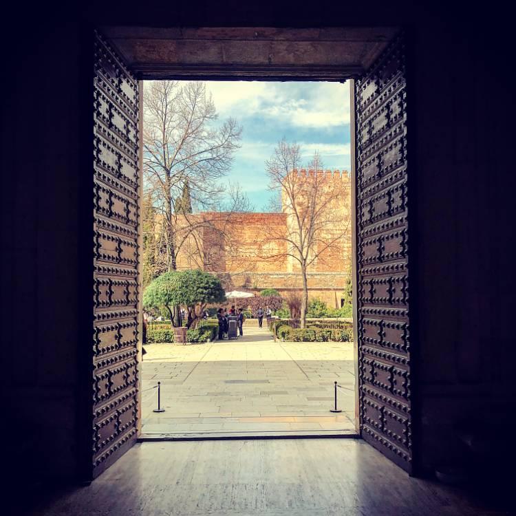 Vistas de la salida del Palacio de Carlos V a la Plaza de los Aljibes.
