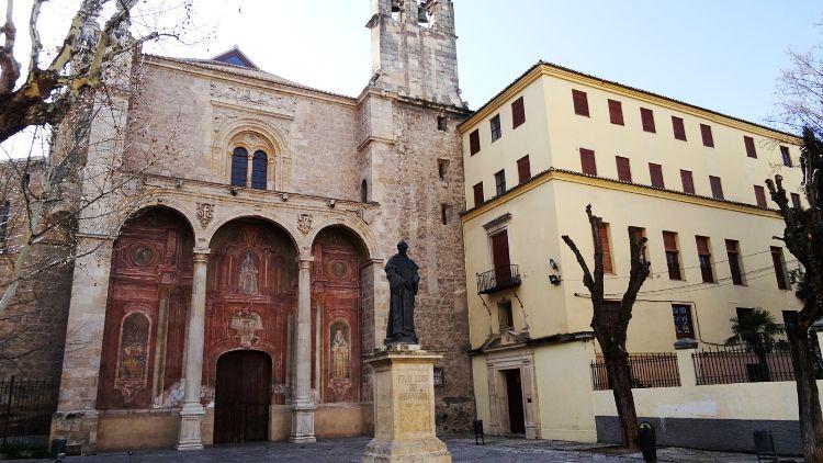 Plaza de Santo Domingo con la estatua de Fray Luis de Granada en el centro.