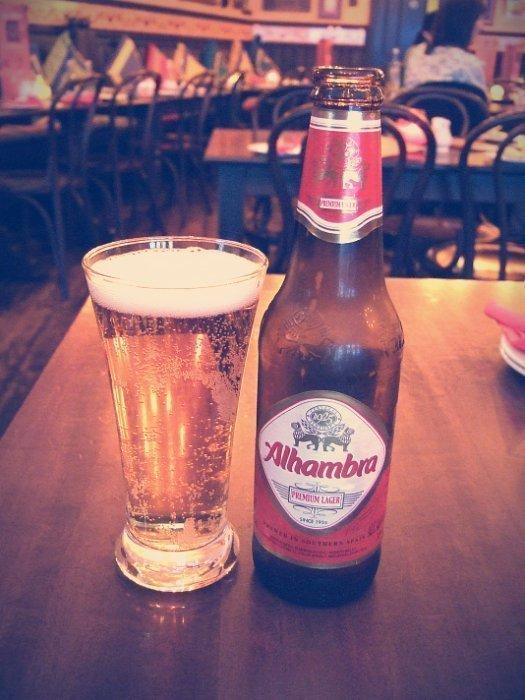 No puede faltar la Cerveza Alhambra