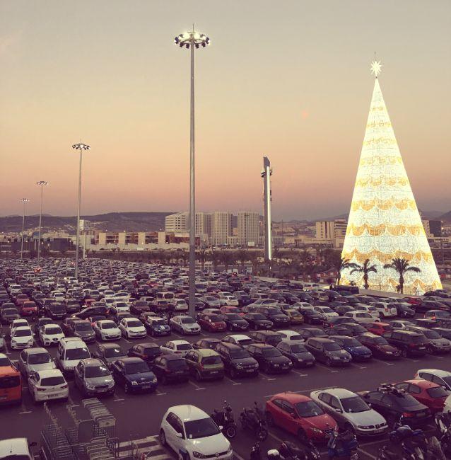 Encendido navideño en el exterior del centro comercial nevada