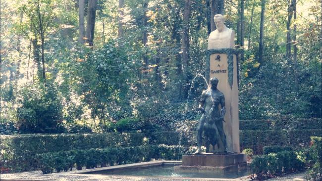 monumento a angel ganivet bosque de la alhambra granada