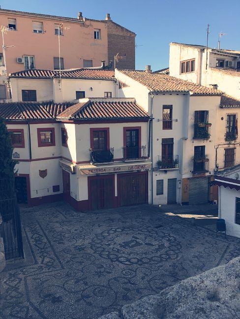 Plaza de San Gregorio vista desde arriba. A la izquierda se encuentra la fachada de la iglesia