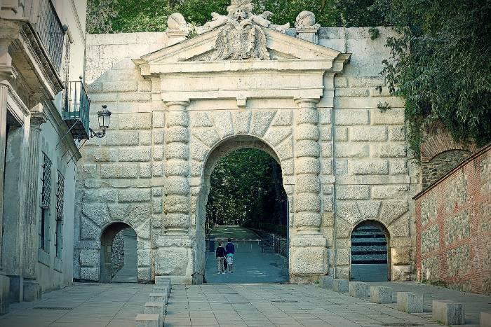 la puerta de las granadas alhambra granada