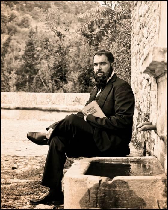 Ángel Ganivet sentado en la Fuente del Avellano, Granada.
