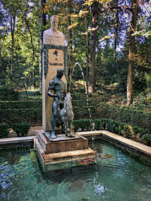 Monumento a Angel Ganivet en el bosque de la Alhambra granada