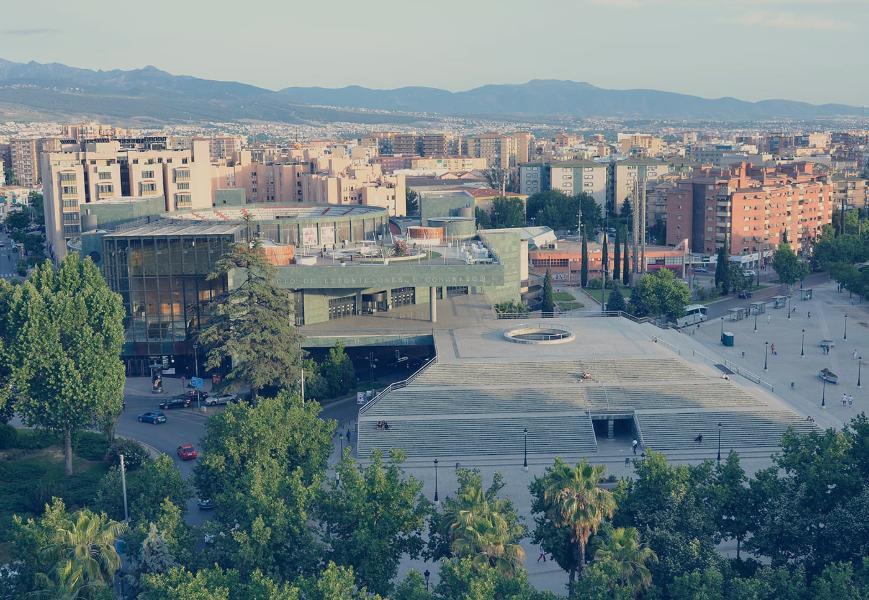 Vista aérea del Palacio de Congresos. Detrás, el barrio del Zaidín.