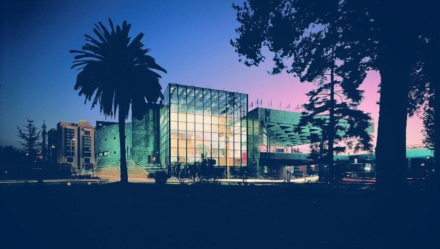 Vista nocturna del exterior del Palacio de Congresos.