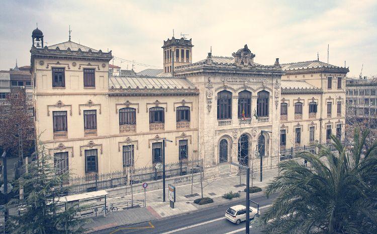 Instituto Padre Suarez en Granada, junto al Triunfo