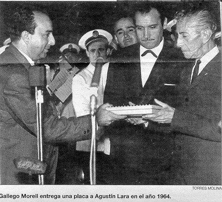 Gallero Morell entrega una placa a Agustin Lara 1964