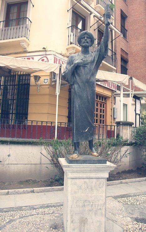 Estatua de Yehuda Ibn Tibón en la calle Pavaneras, Granada.