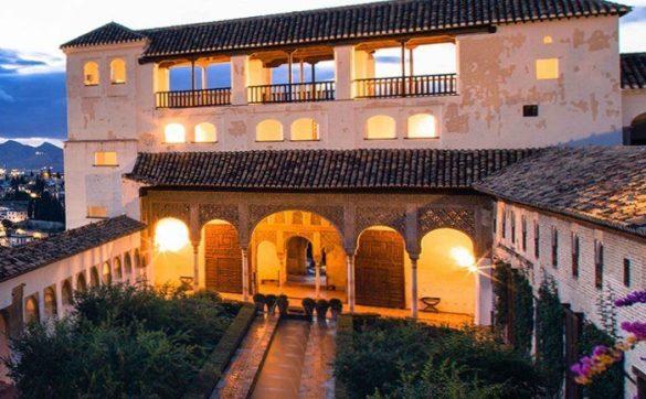 Dentro se encuentran los jardines más bellos, como el Paseo de los Cipreses, el Patio de la Acequia, el Patio de la Sultana y el Palacio de Yusuf III, entre otras estancia inolvidables.