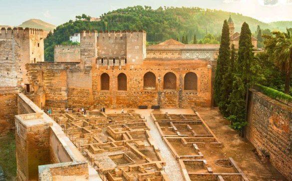 La Alcazaba fue la primera construcción que se realizó en al Alhambra. Dentro se encuentra la famosa Torre de la Vela y el Jardín de los Adarves, entre otros lugares y torres.