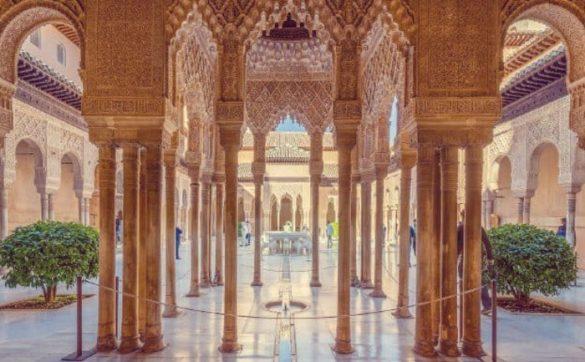 Los Palacios Nazaríes es lo más demandado de todo el recinto. Estos comprenden el Mexuar, el Palacio de Comares y el Palacio de los Leones... con sus múltiples estancias pertenecientes a cada uno de ellos.