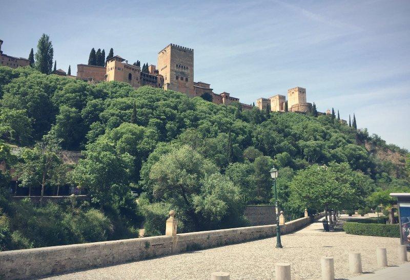 El Paseo de Romayla desde el Paseo de los Tristes Granada
